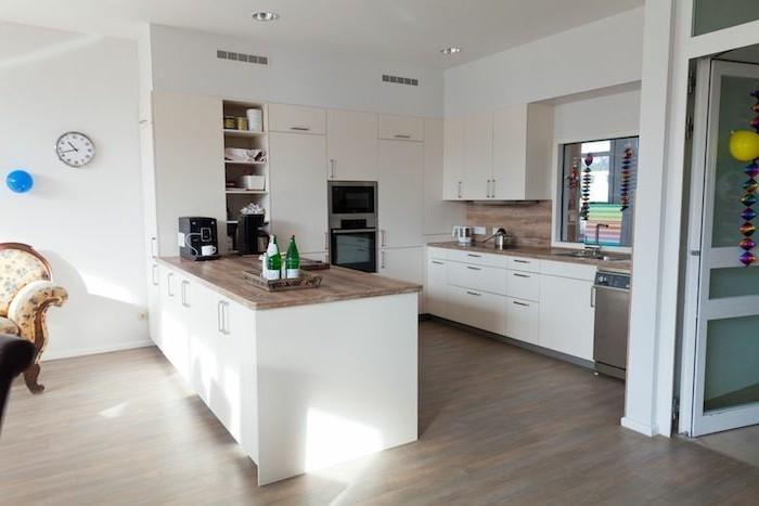 arbeitsplatte küche in holzoptik und weiße möbel