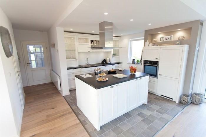 arbeitsplatte küche in schwarz kombiniert mit weißen küchenmöbeln und grauem boden