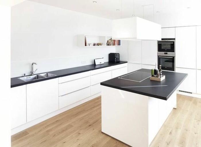 arbeitsplatte küche in schwarz und weiße möbel bilden einen herrlichen farbkontrast