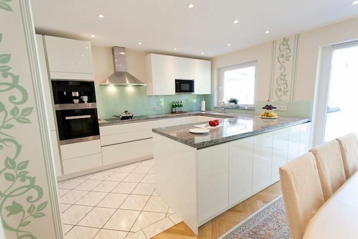 arbeitsplatte küche weiße möbel und florale akzente im raum