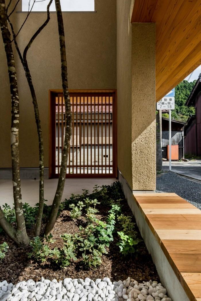 Moderne Architktur mit einem Innengarten und einem Baum