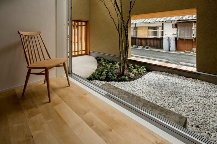 Moderne Architektur mit einer Aussicht vom Innenraum in den Garten