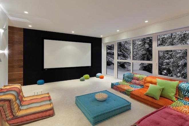 bequeme bodensitzkissen im wohnzimmer in grellen farben