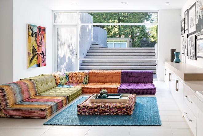 ecksofa aus sitzkissen in bunten farben