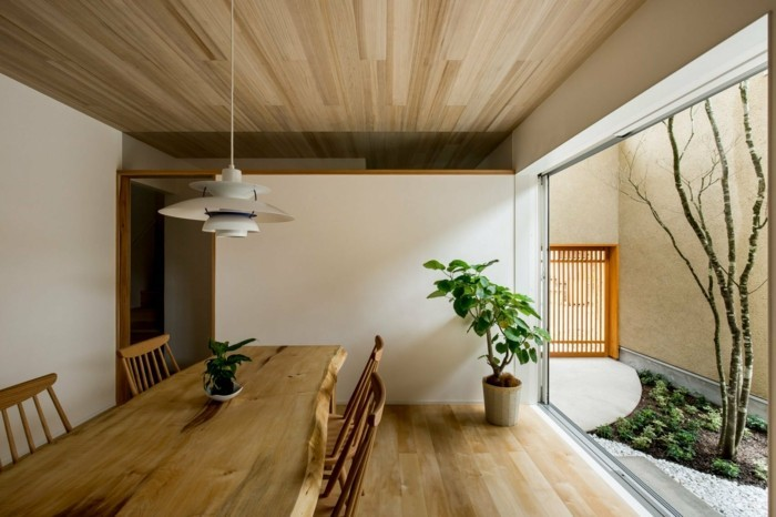 Esszimmertisch und moderne Hausarchitektur
