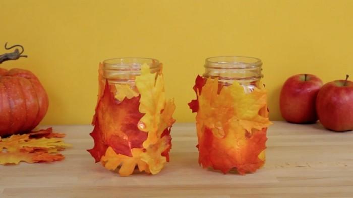 glas umwickelt mit herbstblättern