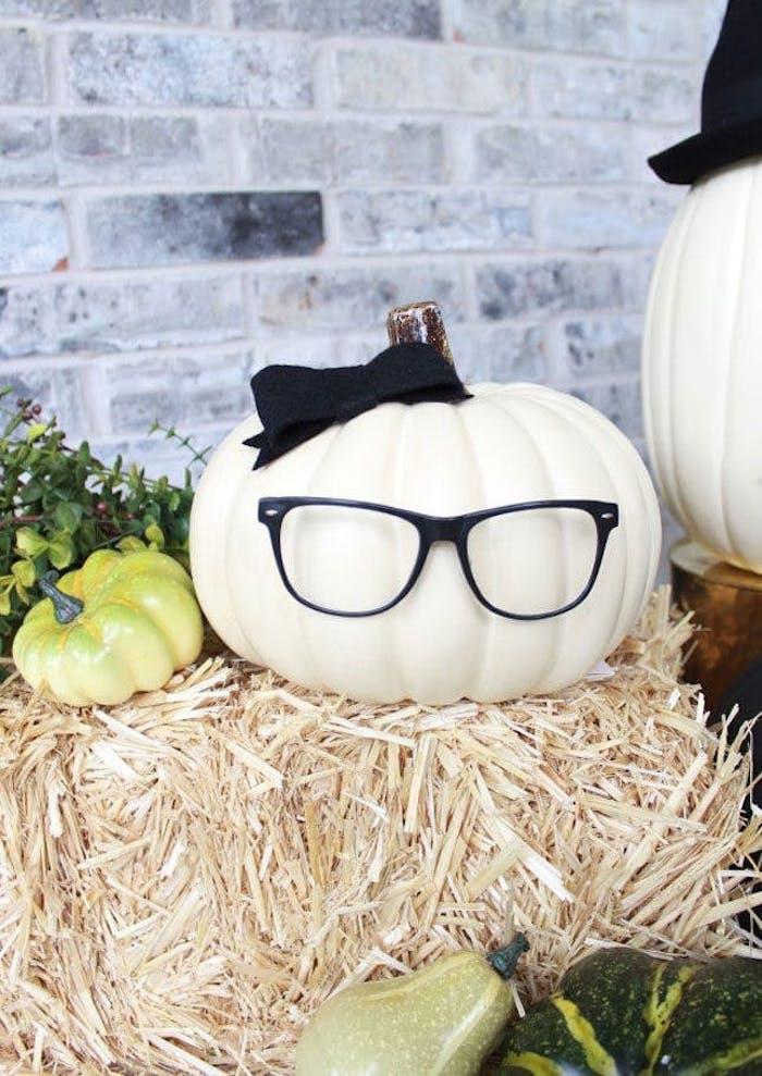 halloween bastelideen mit weissen kürbissen und brillen
