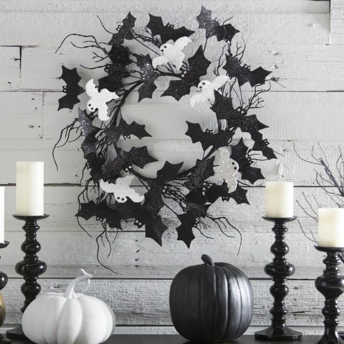 halloween deko in schwarz weiß mit kürbissen und fledermäusen