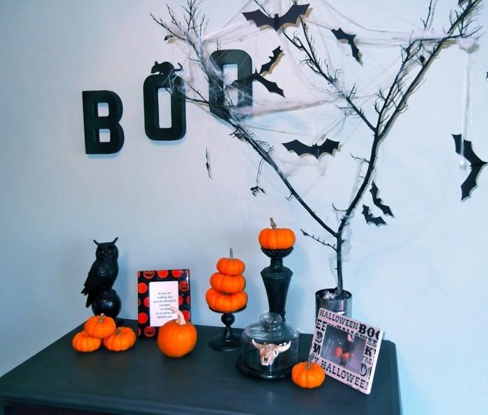 halloween deko mit buche und fledermäusen