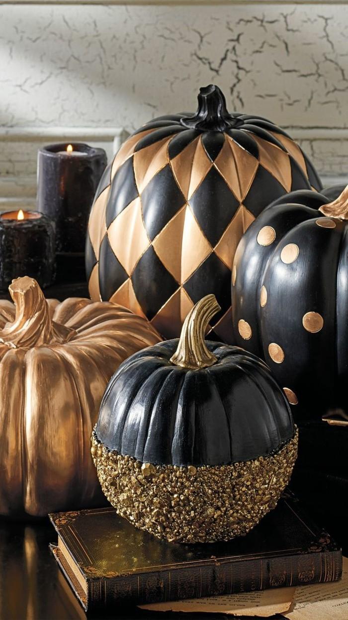 halloween deko mit kürbissen in schwarz gold