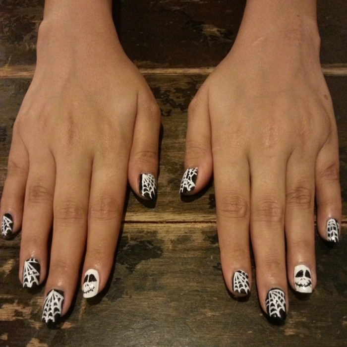 halloween nägel in schwarz und weiß