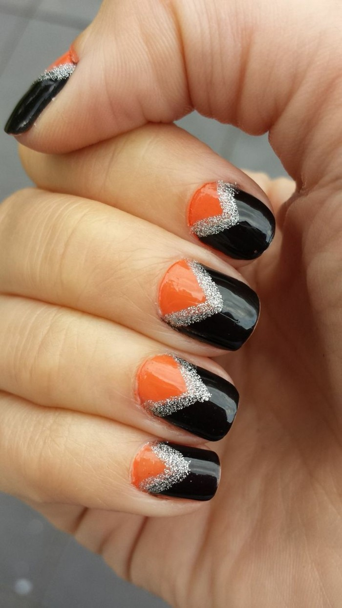 halloween nägel maniküre in orange und schwarz