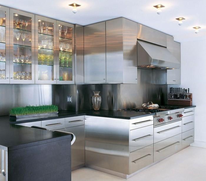 küche einrichten metallic look oberflächen und heller teppich