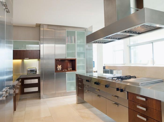 küche einrichten metallic look küchenschränke und helle bodenfliesen