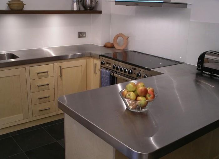 küchenarbeitsplatten aus stahl mit hölzernen kcühenschränken kombinieren