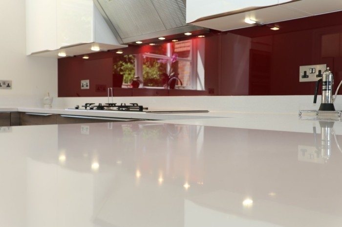 küchenarbeitsplatten in weiß mit roter küchenrückwand sehen toll zusammen aus
