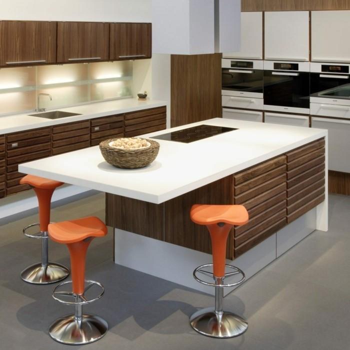 küchenarbeitsplatten moderne kücheninsel und orange barhocker