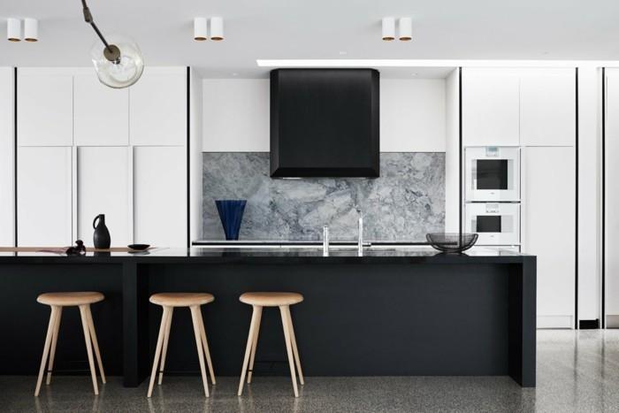 küchentrends 2019 marmor als küchenrückwand und schwarze kücheninsel
