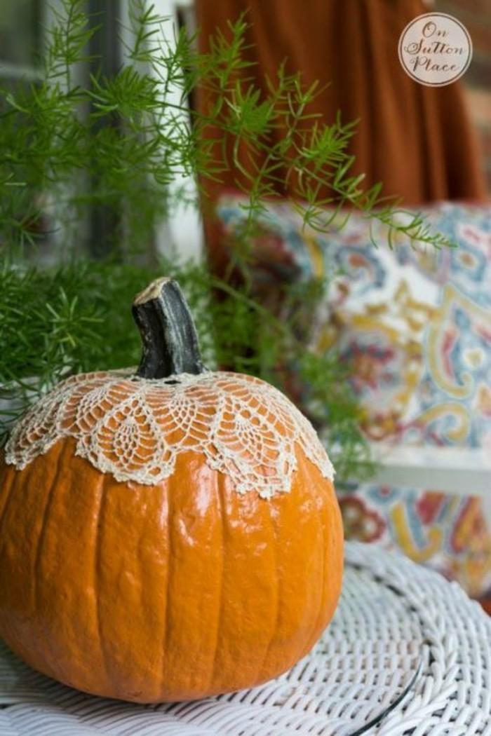 kürbis mit gestrickter dekoration
