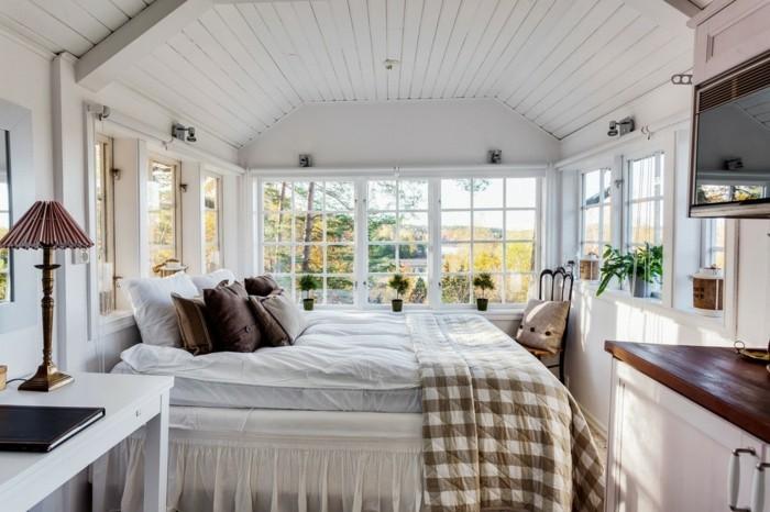 landhausstil schlafzimmer helle zimmerdecke und karierte bettdecke