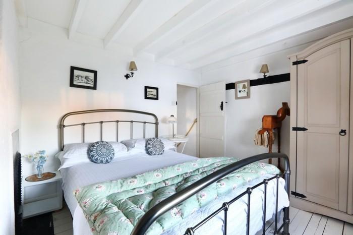 landhausstil schlafzimmer kleiner wohnbereich mit frischen mustern