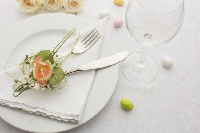 ostern tischdeko mit blumen und mini eiern