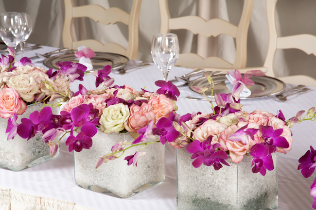 rosen orchideen tischdeko in gläsern