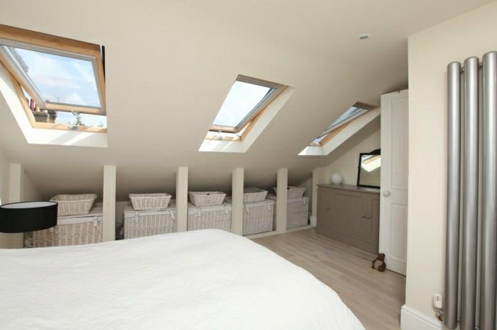 schlafzimmer dachschräge cremefarbene wände und weiße bettwäsche