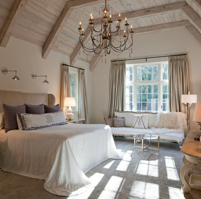 schlafzimmer dachschräge holzbalken und schöner kronleuchter