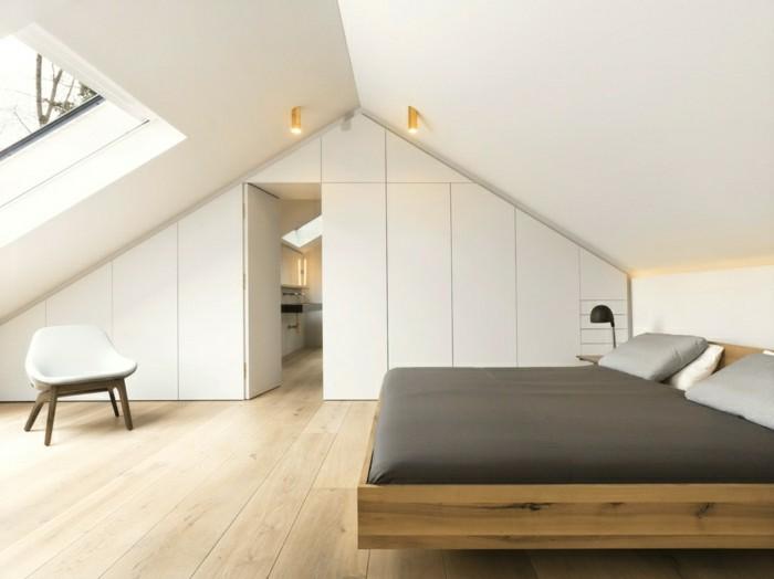 schlafzimmer dachschräge weiße wandfarbe und holzboden