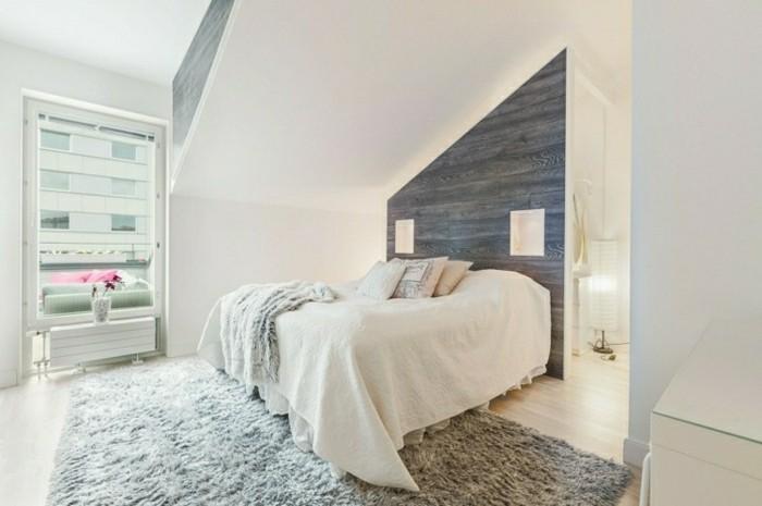 schlafzimmer einrichten mit dachschräge und graue akzentwand und hellgrauer teppich