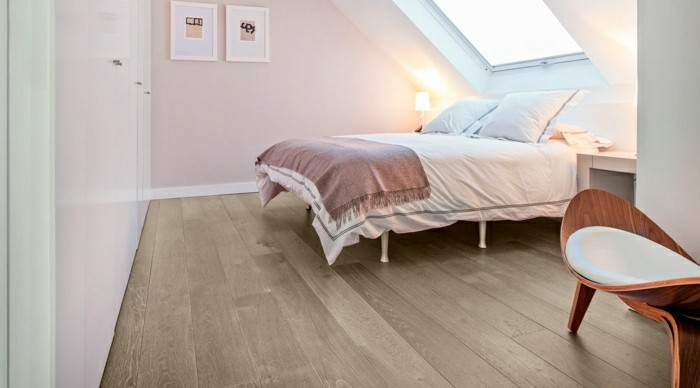 schlafzimmer einrichten mit dachschräge und holzboden