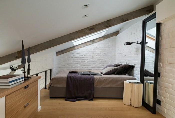 schlafzimmer einrichten ziegelwand und rustikaler beistelltisch dachschräge