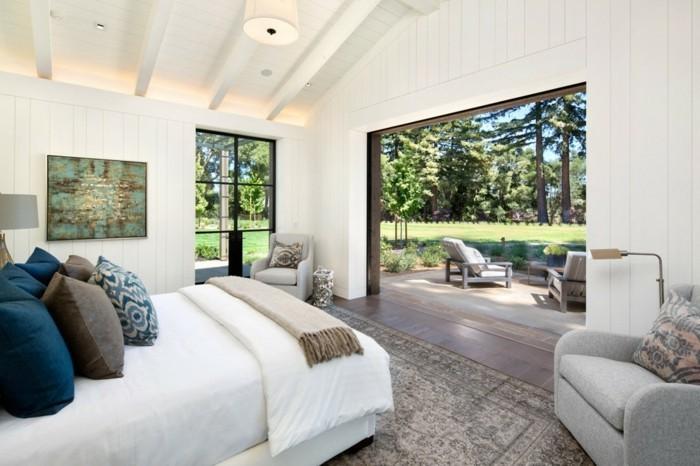 schlafzimmer landhausstil holzbalken helle wände und weiße bettwäsche