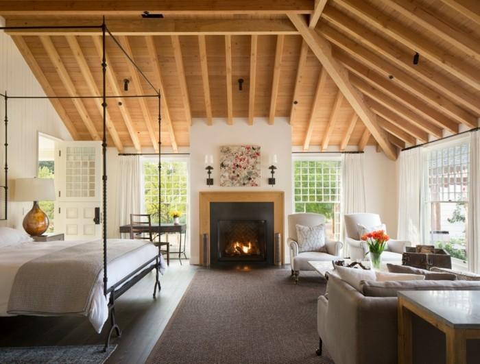 Schlafzimmer Landhausstil Holzdecke Teppichboden Für Zonierung Und Kamin