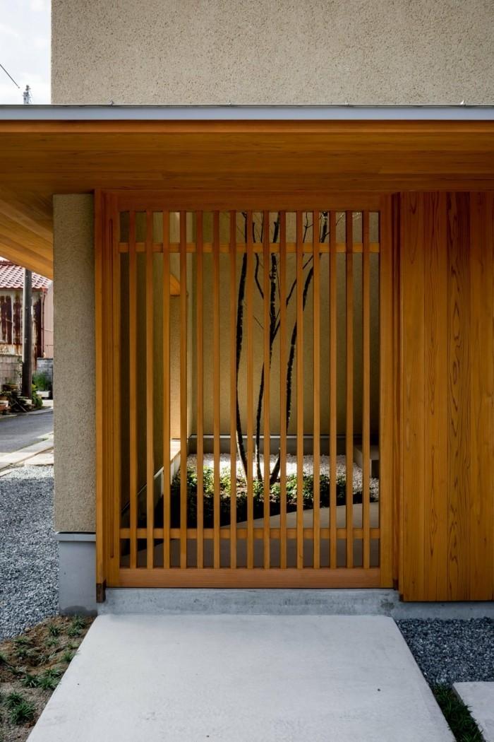 Vergitterte Öffnung in der Wand eines Gartens