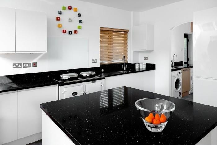 stauraum küche schwarze arbeitsplatten und weiße küchenschränke