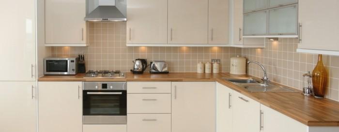stauraum küche weiße unterschränke und hölzerne küchenplatte