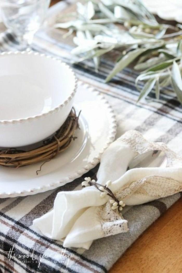 Tassen und Servietten als tolle Herbstdekoration