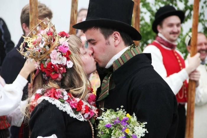 traditionelle skandinavische hochzeit braut bräutigam