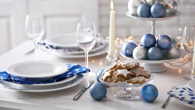 weihnachtsdekoration tischdeko mit plätzchen und christbaumschmuck