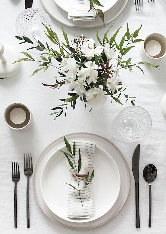 weisse lilien als minimalistische tischdeko