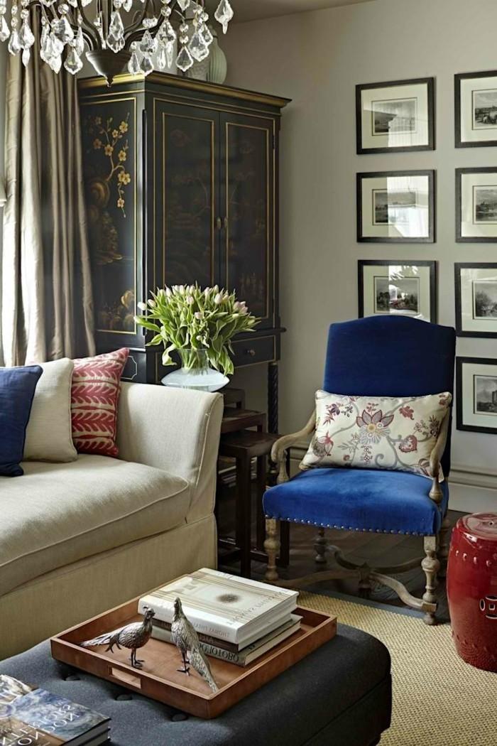 wohnideen wohnzimmer klassischer wohnbereich mit gemütlicher atmosphäre und kronleuchter
