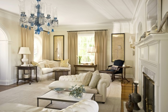 wohnzimmer einrichten ideen klassischer wohnbereich mit hellen möbelstücken und wunderschönem kronleuchter