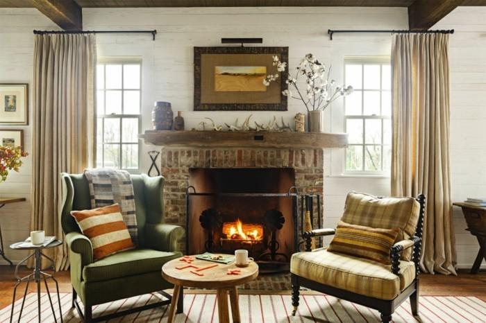 wohnzimmer mit einem kamin und dekokissen in herbstlichen farbe