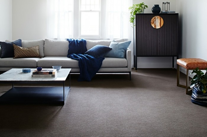 wollteppich im wohnzimmer mit blauen möbeln kombinieren