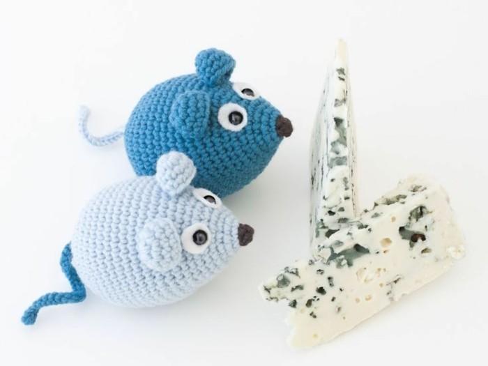 zwei gestrickte mäuse amigurumi
