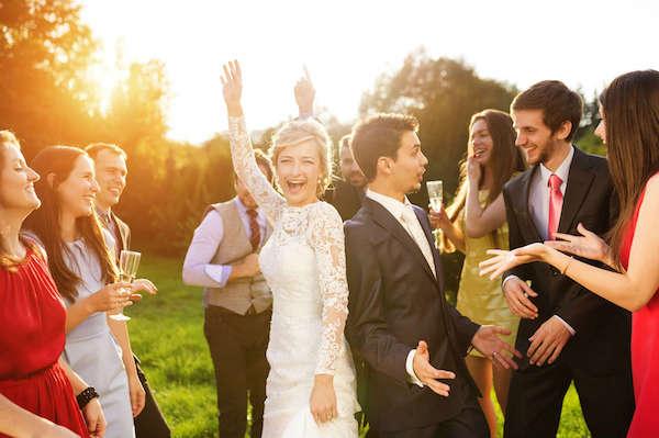 Amüsant locker fröhliche Atmosphäre auf der Hochzeitsparty