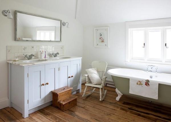 Badezimmer im Shabby Chic Stil hölzerner bodenbelag weiße wände