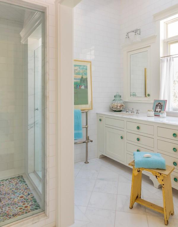 Badezimmer im Shabby Chic Stil helle badezimmerfliesen blaue akzente
